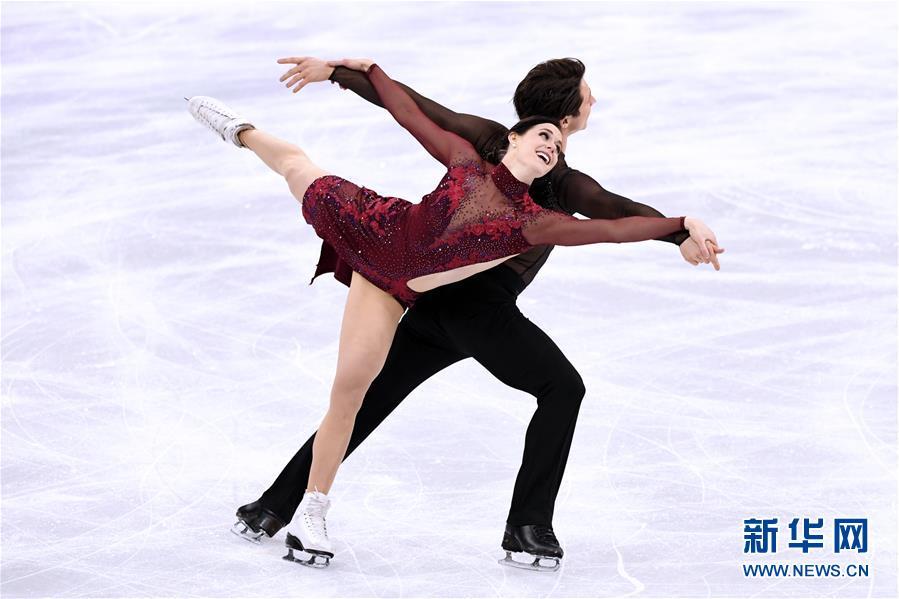 2月12日,加拿大队选手弗丘(前)和莫伊尔在花样滑冰团体赛冰舞自由舞比赛中。