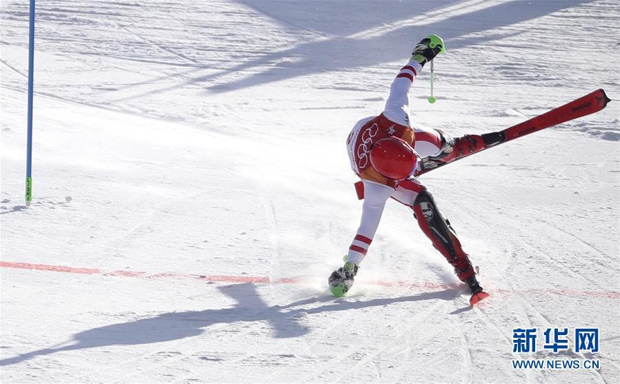 2月13日,奥地利选手希尔斯赫在比赛中冲过终点线。