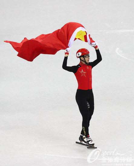 武大靖赛后披国旗庆祝胜利。