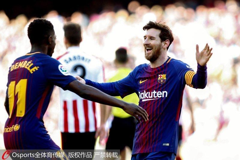 梅西与登贝莱庆祝进球