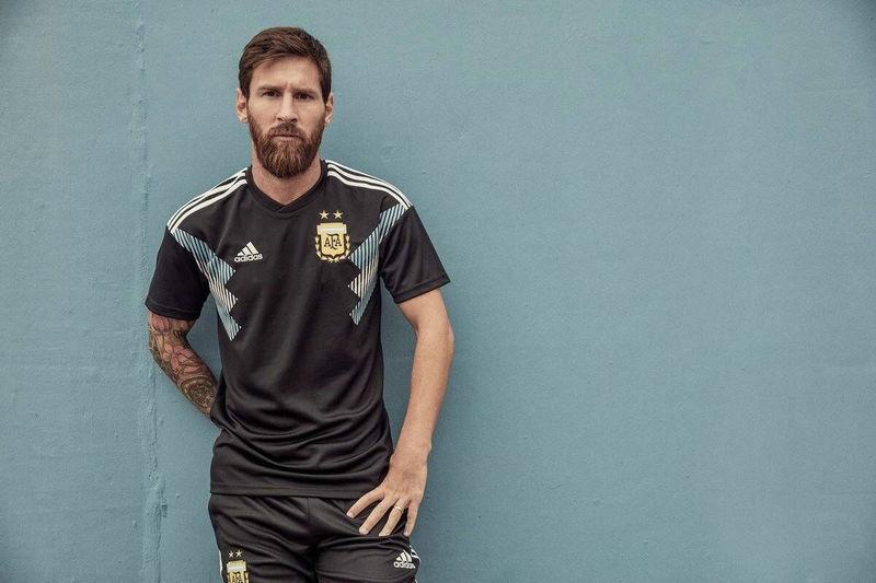 阿根廷世界杯客场队服公布 黑色大胆传统蓝白相映