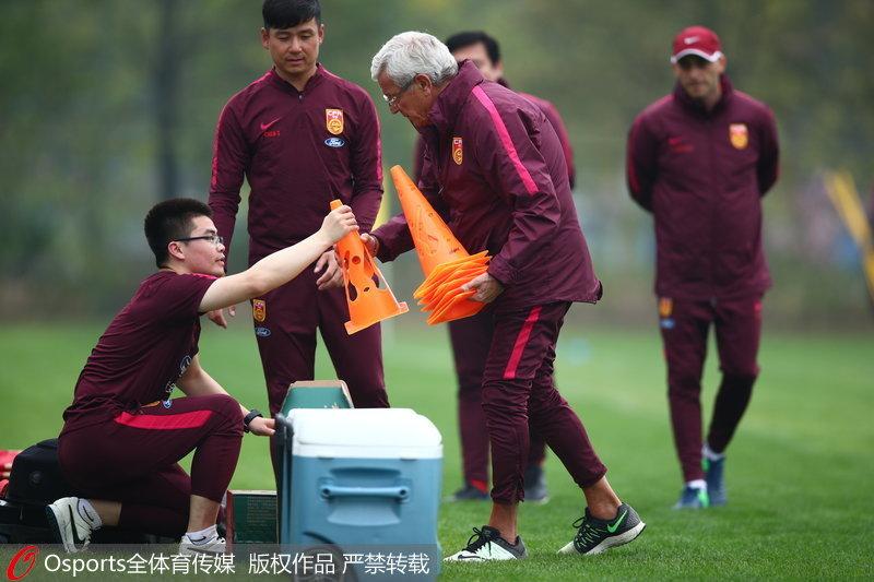 高清:中国杯国足今战捷克赛前训练里皮亲自摆设训练器材