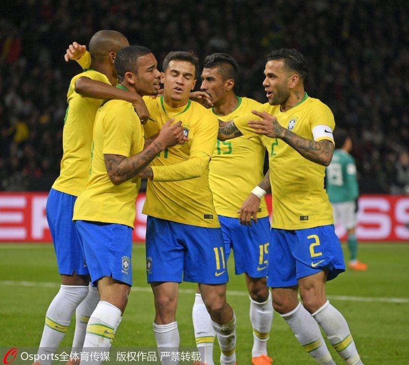 巴西队员庆祝进球