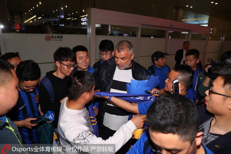 高清:江苏苏宁新帅奥拉罗尤抵达南京球迷热情迎接