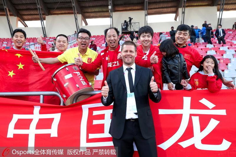 中國女足主帥與球迷合影