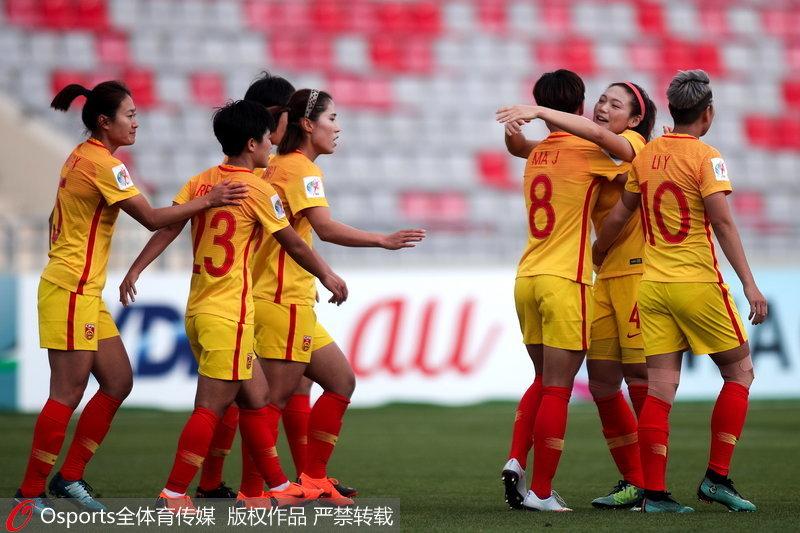 中國女足隊員慶祝進球