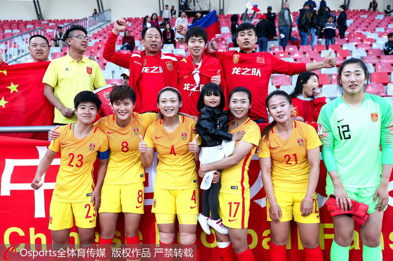 中國女足隊員賽后合影