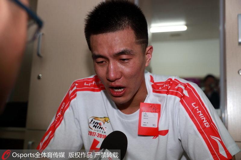 郭艾伦哭着接受采访