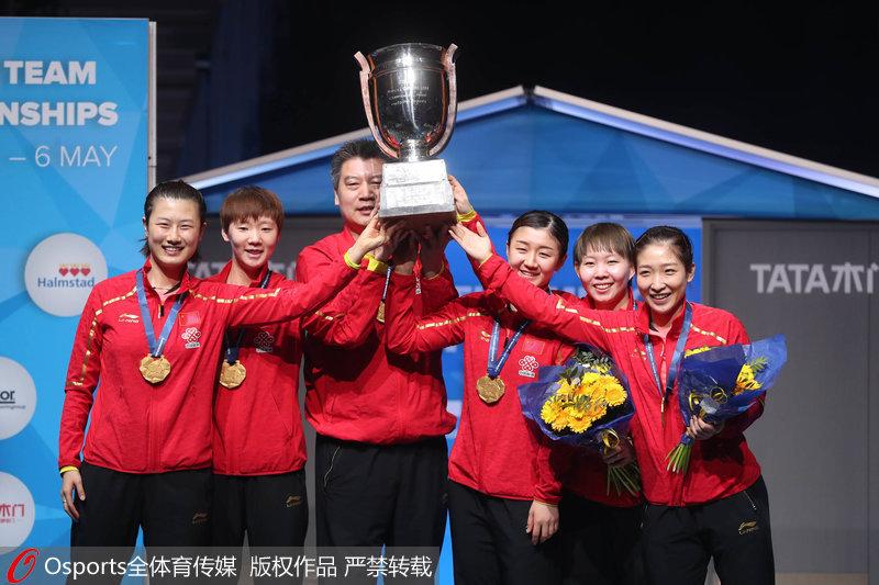 中国女队捧起考比伦杯