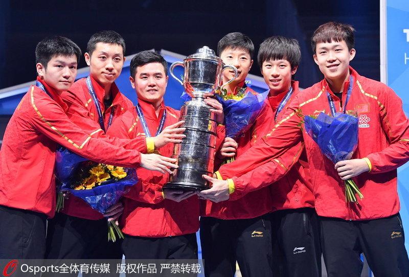 刘国正率领队员捧起奖杯