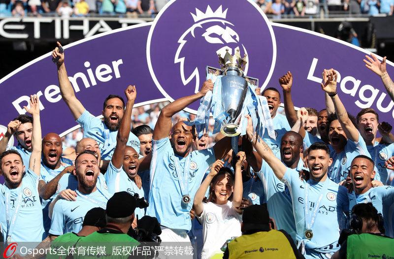 曼城收获英超冠军奖杯