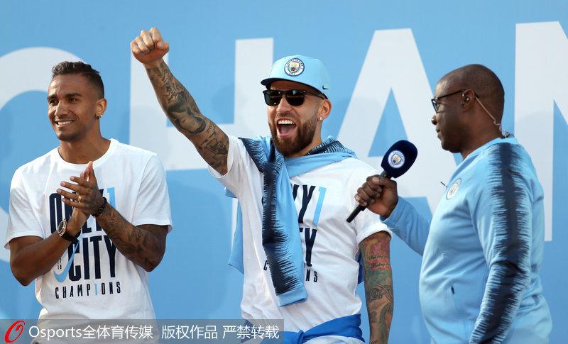 高清:曼城俱乐部举行夺冠游行 万人空巷场面盛大【5】