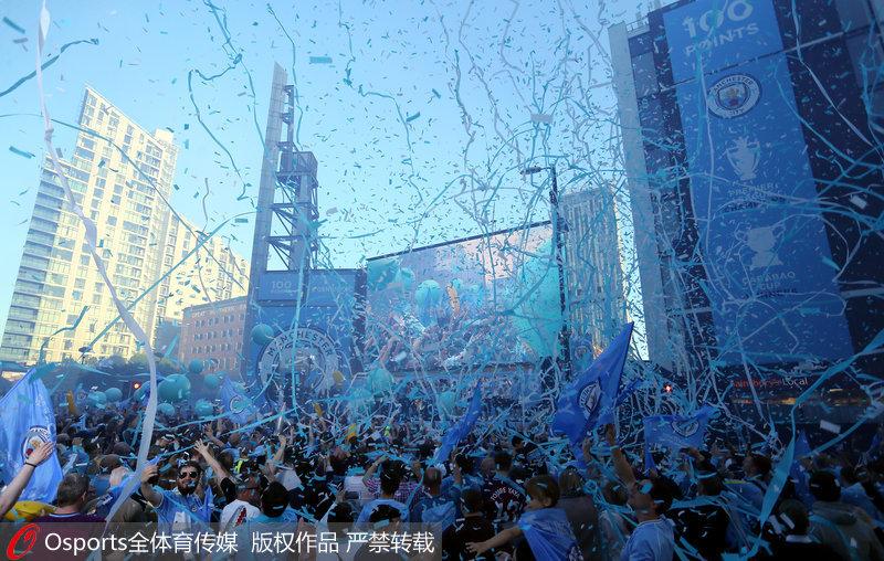 高清:曼城俱乐部举行夺冠游行 万人空巷场面盛大【2】