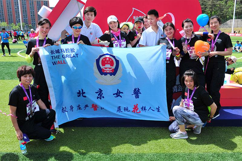 高清:一大波警花团战马拉松 母亲节参赛更显爱意