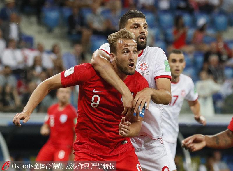 2018年6月18日,俄罗斯世界杯小组赛第一轮,英格兰2-1战胜突尼斯。图为英格兰队哈里-凯恩与突尼斯队萨姆-本约瑟对抗。