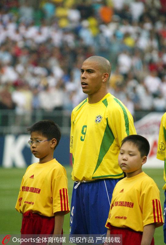 2002年8月31日,罗纳尔多由意甲国际米兰转会至西甲球队皇家马德里,并签了为期4年、价值4425万欧元的合同。巴西队罗纳尔多。