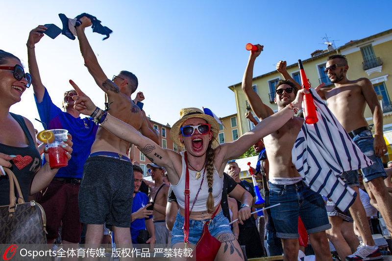高清:高卢雄鸡勇夺大力神杯 各地法国球迷疯狂庆祝