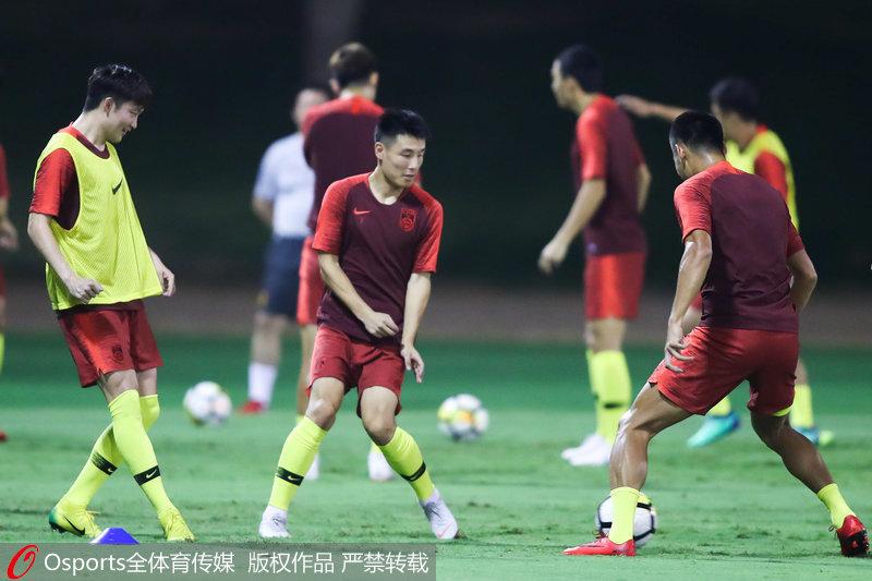球员做热身训练