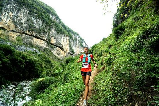 运动员奔跑在美丽的山野之间