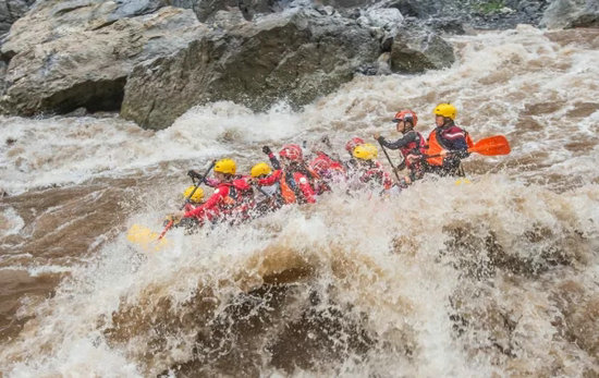 捉妖记22018赤水河谷国际漂流公开赛举行