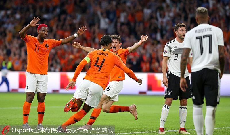 荷兰队员庆祝进球