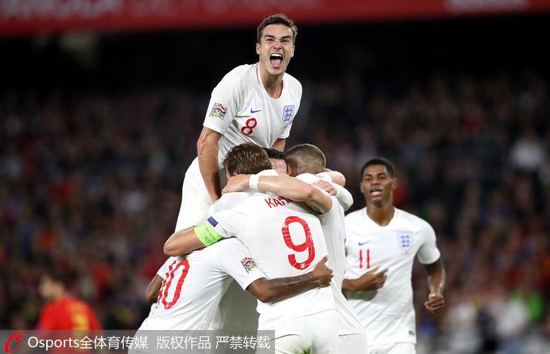 英格兰队员庆祝进球