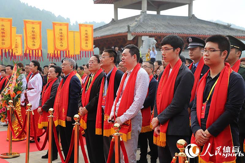 戴红色丝绸围巾参加祭祖仪式