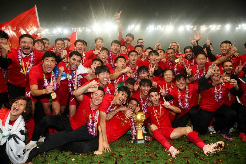 11月7日,上海上港队在颁奖仪式上庆祝夺冠。  新华社记者丁汀摄
