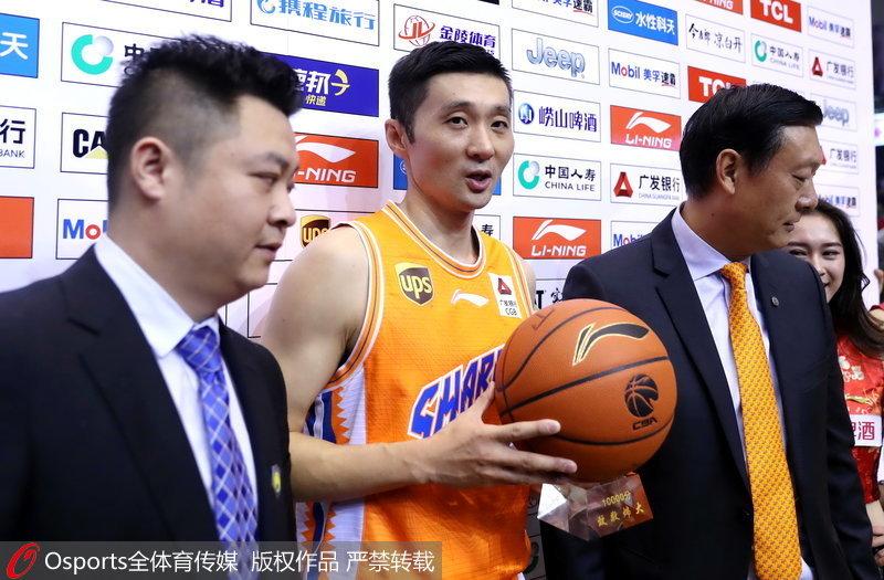 刘炜获得万分纪念篮球