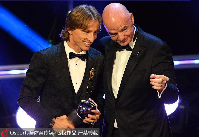 国际足联主席詹尼·因凡蒂诺为莫德里奇颁奖