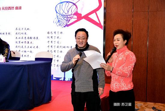 华人赛会歌作者曲波(左)在现场宣读