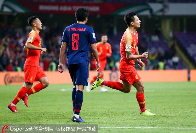 亚洲杯-肖智、郜林建功 国足2:1逆转泰国昂首杀进八强1月20日22:00,亚洲杯1/8决赛国足对阵泰国队。国足在上半场先失一球的情况下,下半场由替补登场的肖智扳平比分,随后郜林造点并主罚命中反超比分。最终国足2-1逆转战胜泰国,晋级八强。