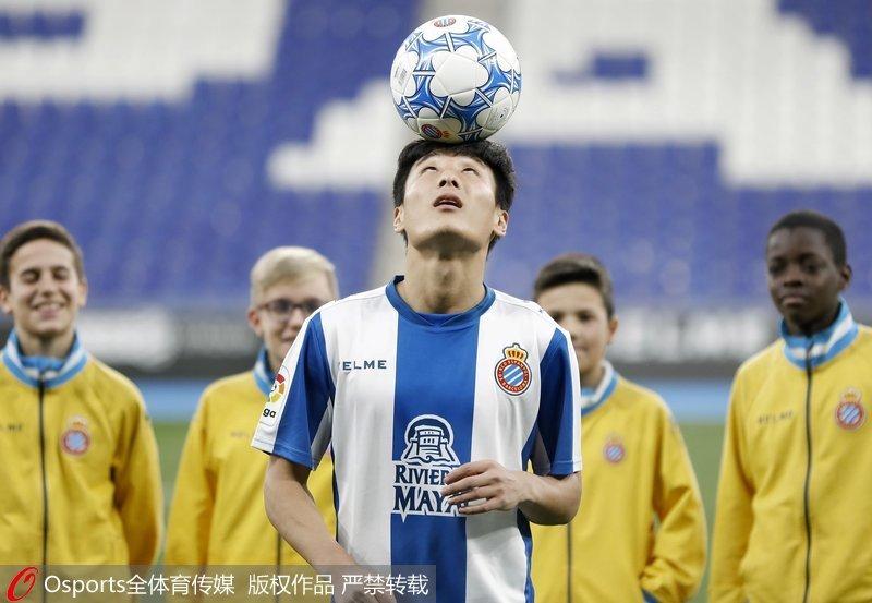 高清:武磊正式亮相西班牙人队 展示24号球衣秀