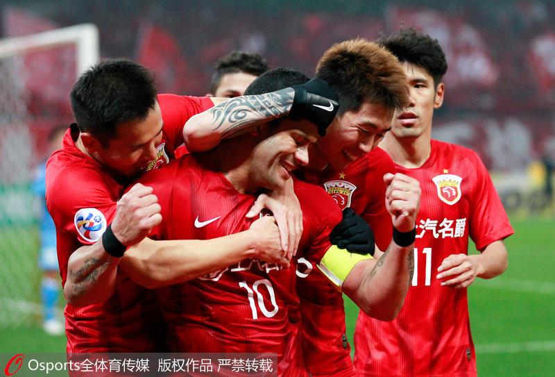 胡尔克与队友庆祝进球