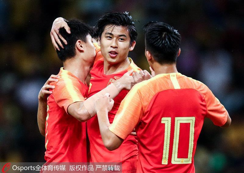 张玉宁与队友庆祝进球