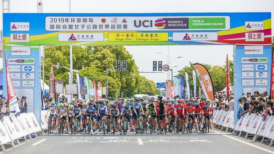 2019年环崇明岛女子公路世巡赛发车超富返利网