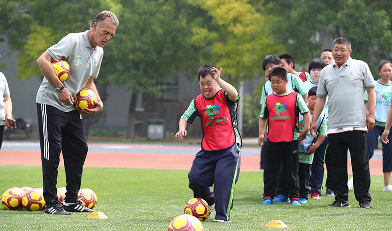 外教指导小球员们玩游戏