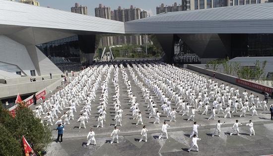人民太极健康中国公益大行动走进山西千人共舞太极风毛毛虫变蝴蝶图片