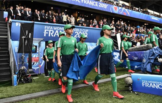 校园足球代表队小旗手登上全国杯舞台对话王霜获激励好好加油