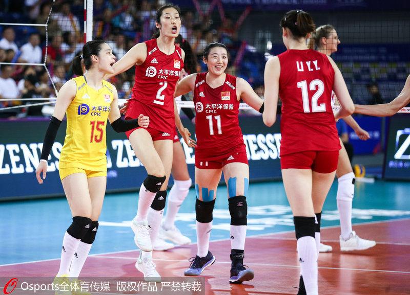 中国女排队员庆祝得分
