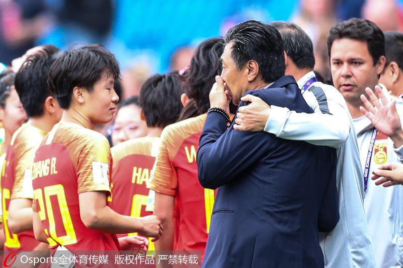 中国女足主教练贾秀全赛后泣不成声