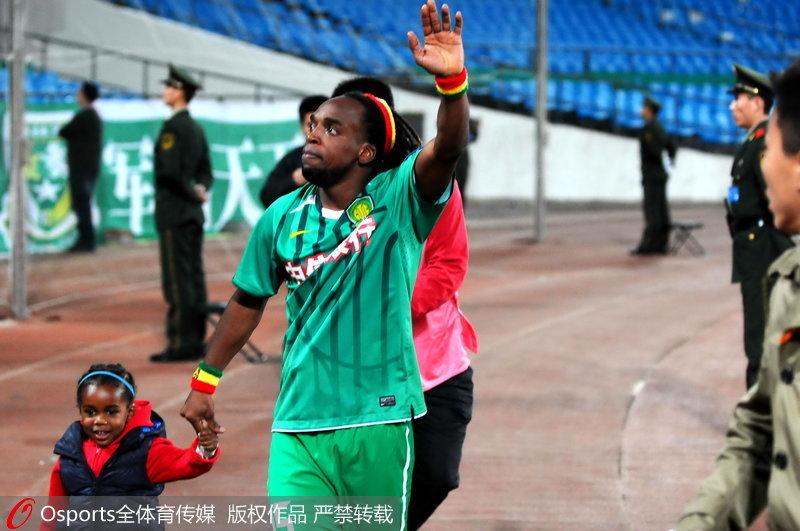 北京国安队外援马丁内斯与女儿共同庆祝胜利。