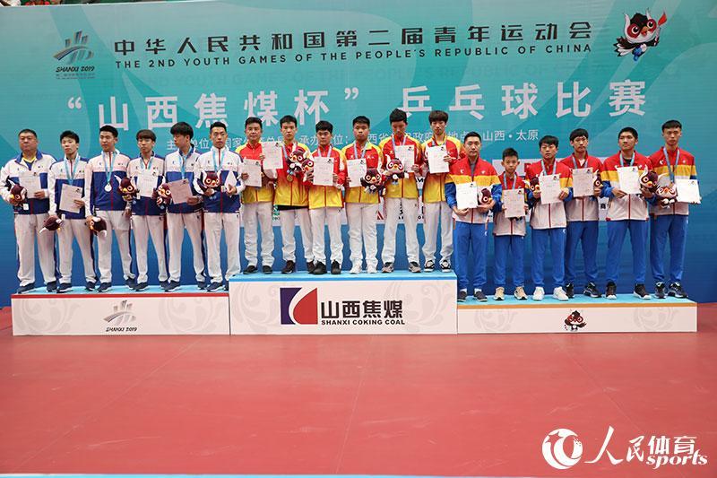二青会乒乓球体校甲组男子团体前三名合影(人民网 赵欣悦摄)