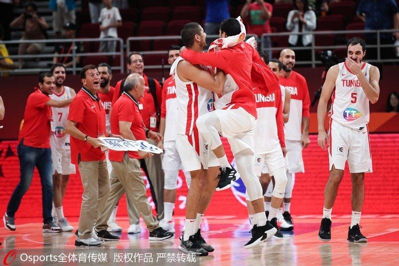 突尼斯队庆祝胜利