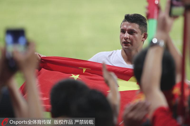 艾克森致敬中国球迷