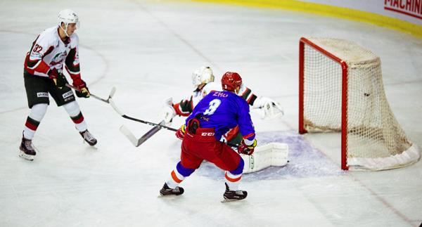 丝路杯冰球超级联赛:朱紫阳破门 奥瑞金2-1雪豹豪取四连胜