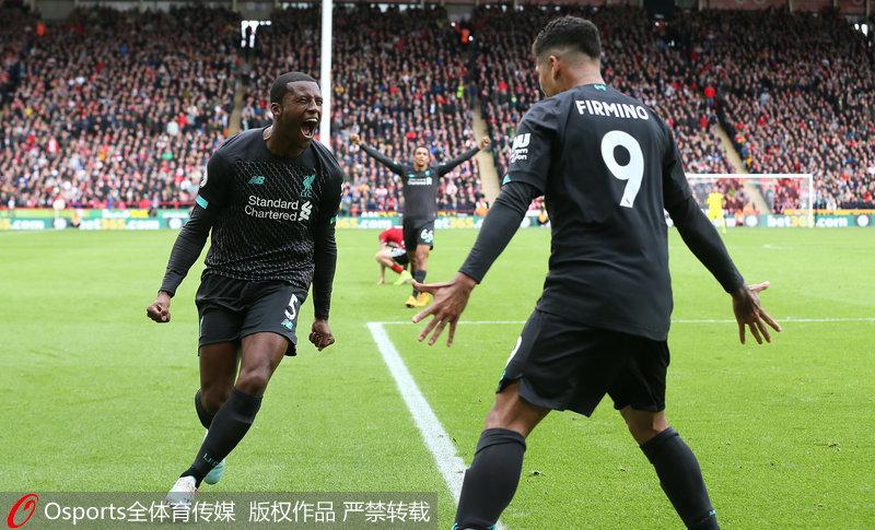 利物浦队员庆祝进球