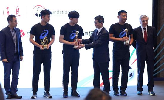 三大奖项各归其主中国最强高中足球赛上演颁奖礼