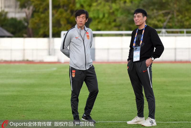 高洪波(左)和陈戌源(由)在训练现场