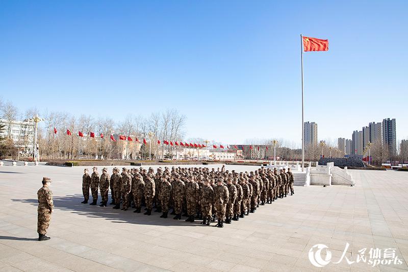 国乒在寒风中接受军事训练(人民网 张志强摄)